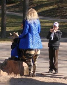 Femeia cu picioare de zebra