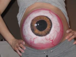 Un ochi mare desenat pe burtica