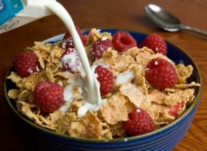 Cereale cu lapte la micul dejun