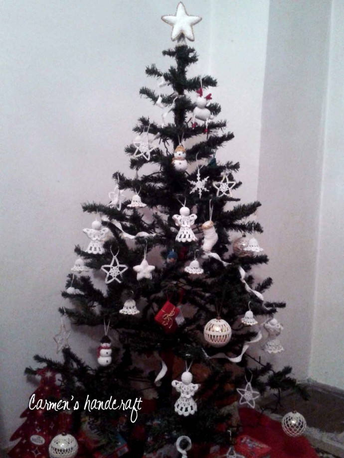 brad de craciun cu ornamente crosetate