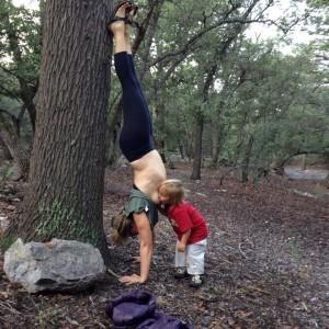 alaptarea in natura facand yoga
