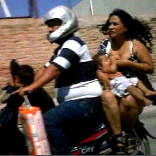 Mama alapteaza pe motocicleta
