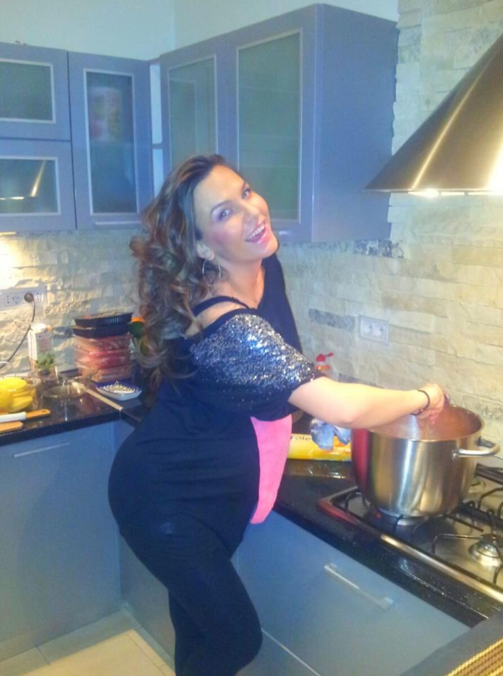 Anna Lesko cu burtica gateste in bucatarie