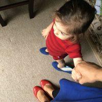 Fetita cu pantofi cu toc